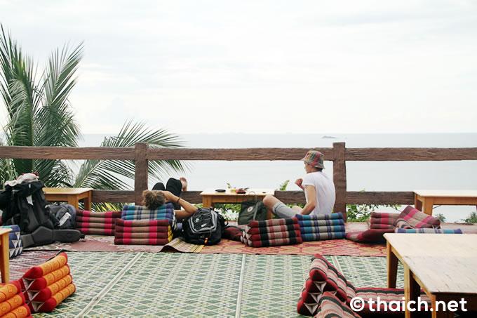 パンガン島の絶景バー「アムステルダムバー」ゴザの席
