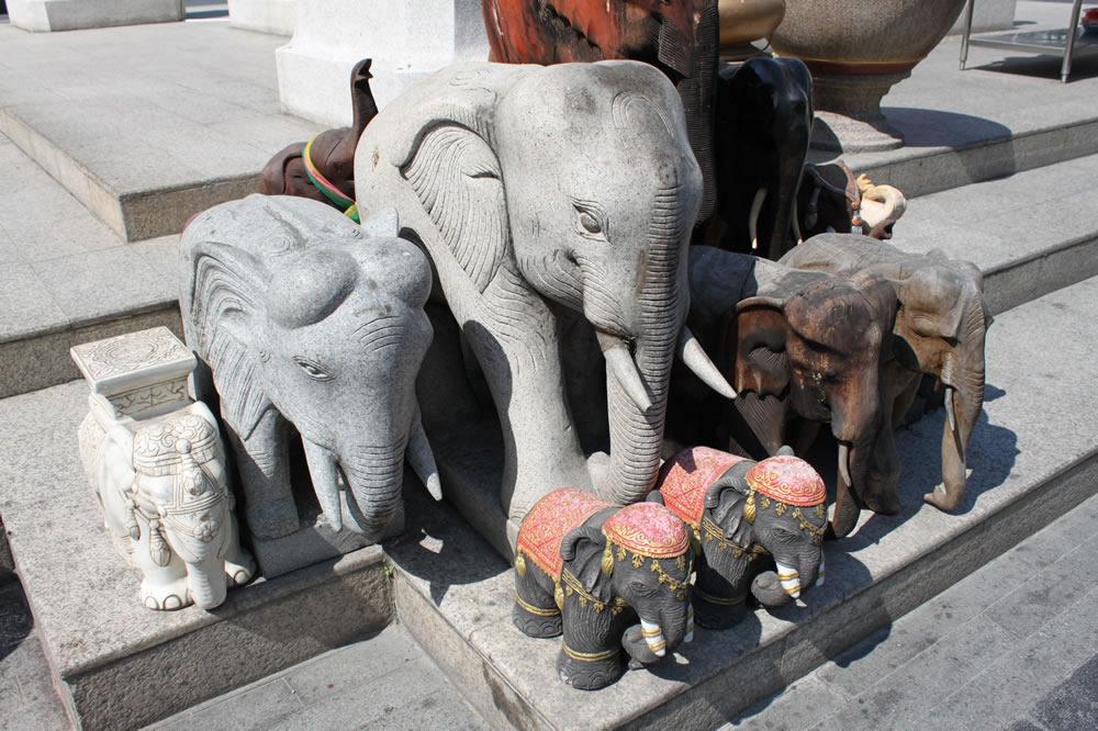祠の横の象の置物