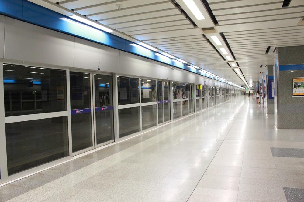 MRT(地下鉄)のプラットフォーム