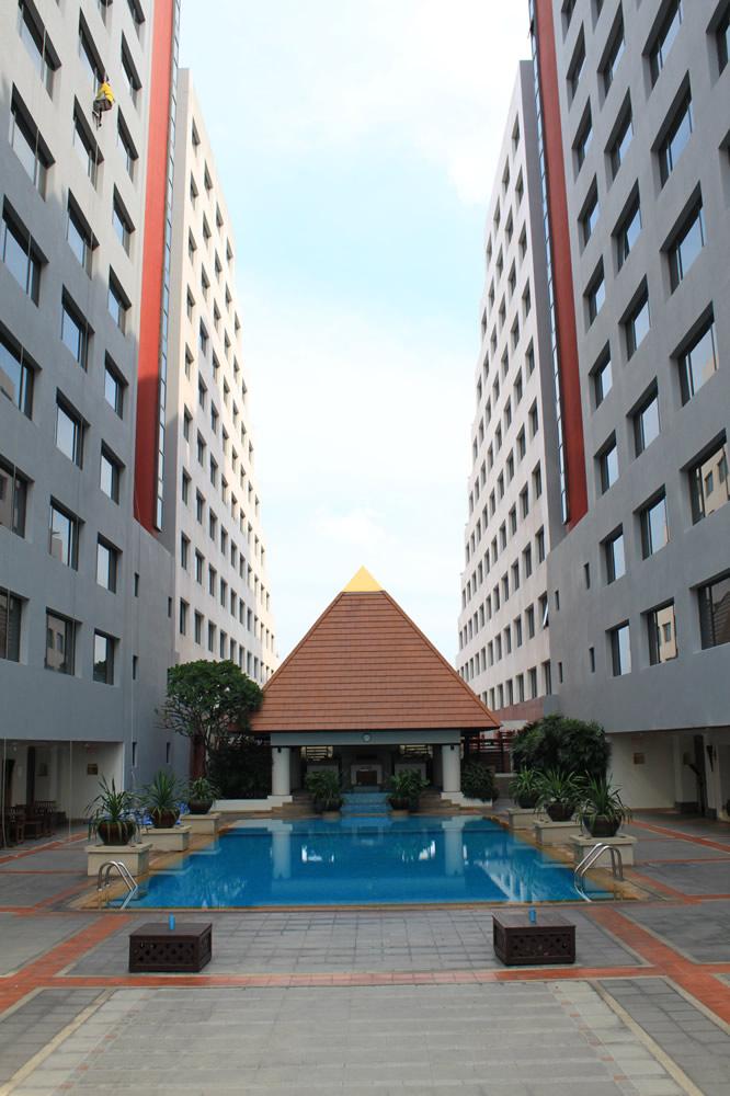 ホテルのプール 1