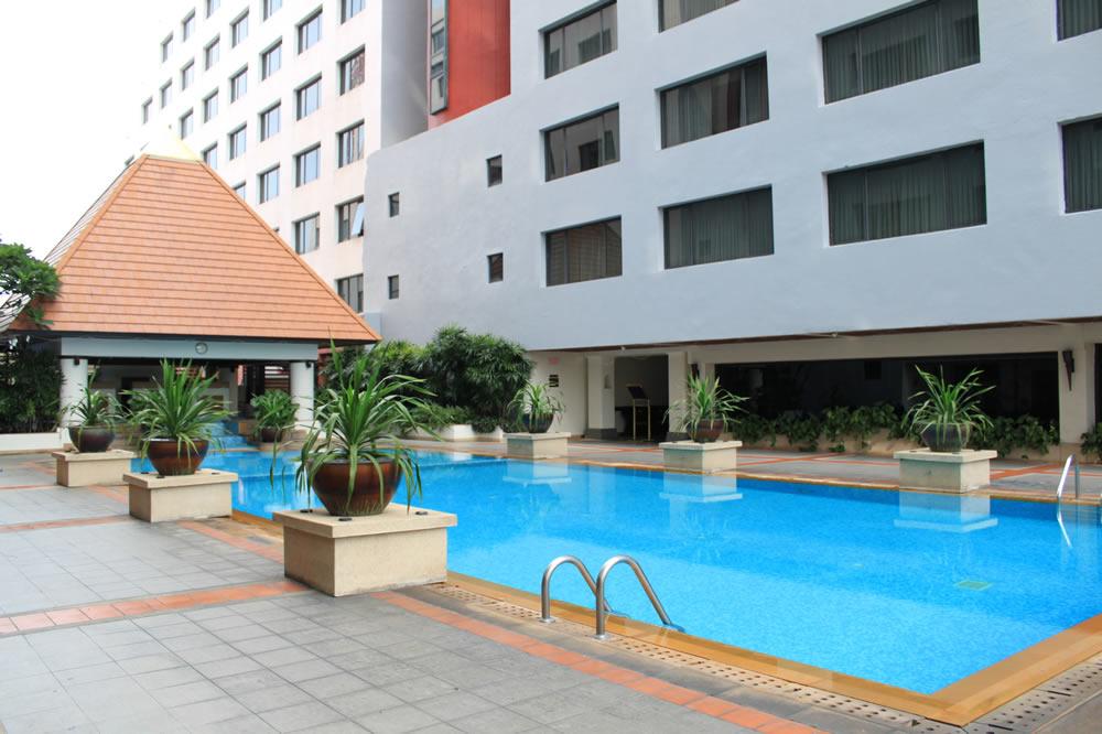 ホテルのプール 2