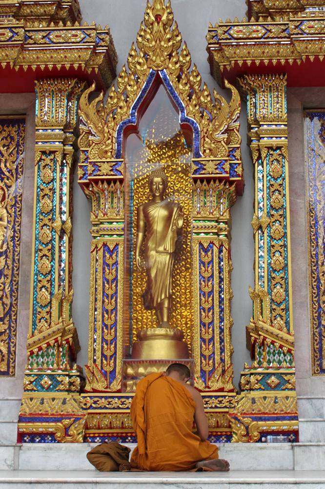 仏像とお坊さん