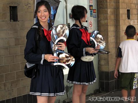 映画の宣伝でセーラー服を着る女の子たち