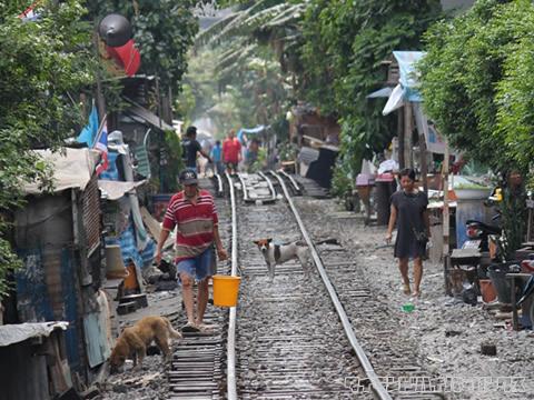 線路の上は生活の場