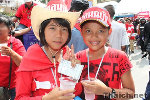 赤服デモの子供たち