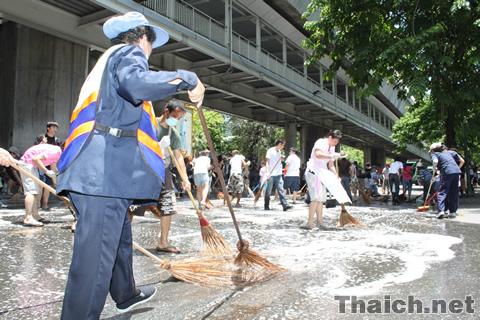 ラチャプラソン交差点周辺の掃除ボランティア 2010年5月23日
