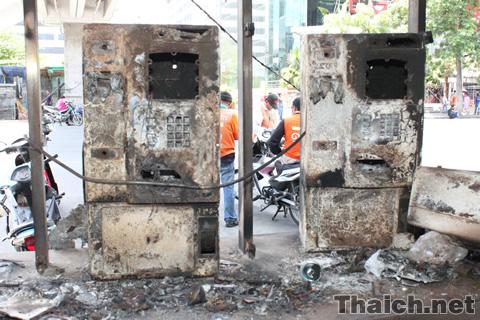 赤服デモによる放火の傷跡
