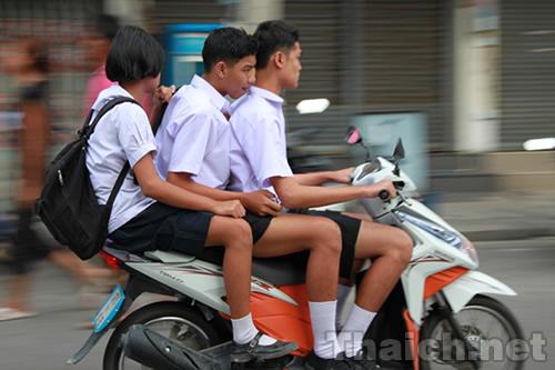 タイ人高校生のノーヘルオートバイ通学