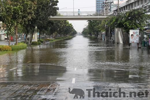 【洪水】ラチャダーピセーク通りチャオパヤパークホテル辺り 2011年11月6日午前7時半頃