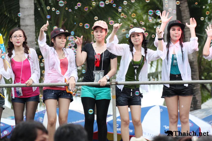 バンセーンビーチでの2013年ソンクラーン(タイ正月・水かけ祭り)の様子