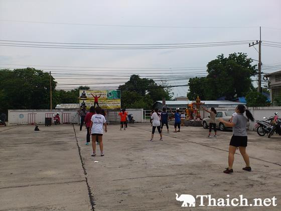 タイでよく見る夕方のエアロビクスに騒音騒動が勃発!1人のクレームで場所移動?