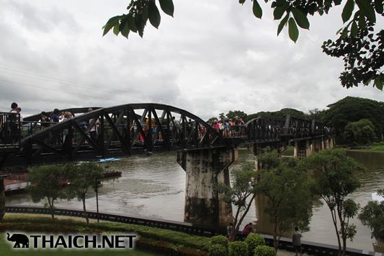 カンチャナブリ・クウェー川鉄橋を歩いて渡る