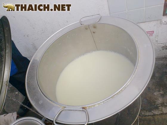 熱々の豆乳はビニール袋に入れてお持ち帰り