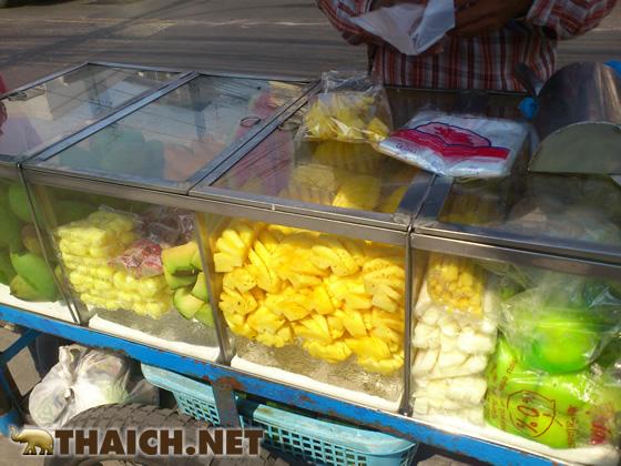 移動カットフルーツ店で10バーツ(30円で)スイカを食べる