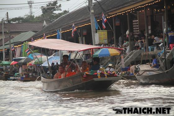 アンパワ水上マーケットで一人30バーツのおじいさんの手こぎボートに乗ろう!