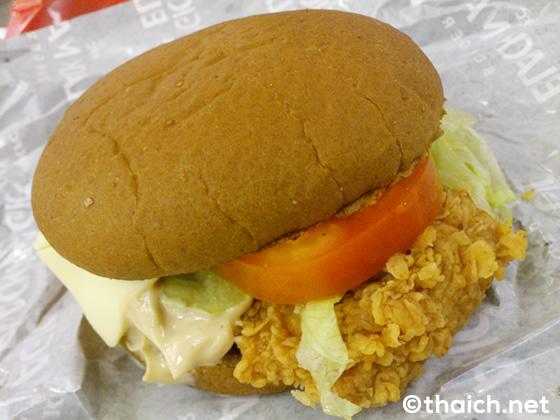 タイのケンタッキーフライドチキンの黒魔術ハンバーガー