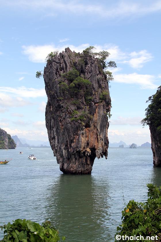 ピンカン島からジェームズ・ボンド島(タブー島)を望む
