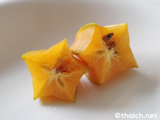 切り口が星の形をしたスターフルーツ