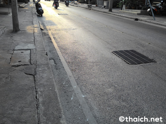 タイの道路上に放置された犬の糞がとっても不快・・・