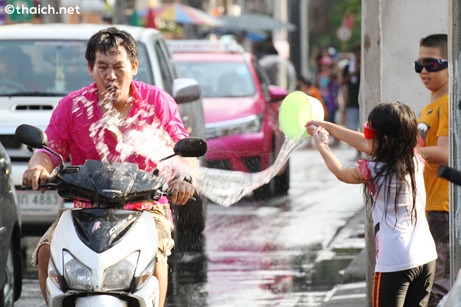 2015年タイ正月中に交通事故で364人が死亡