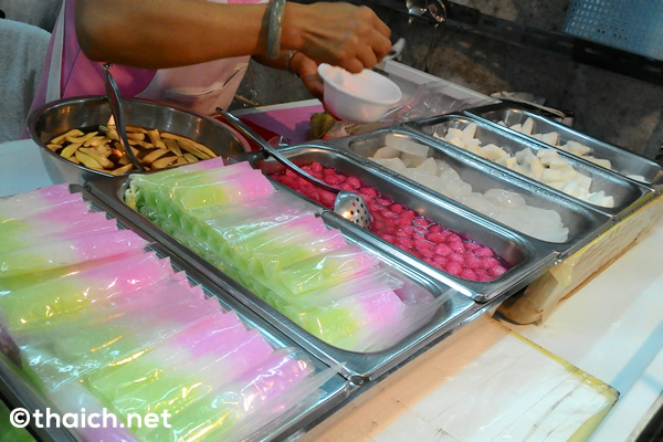 【バンセーン】芸能人も訪れる市場のデザート屋さん「タナワン・タプティムクローブカティソット」