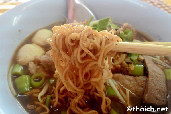 タイヌードル食堂でインスタント麺を食べる