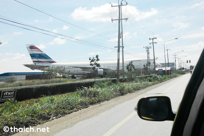 ジャンボジェット機(ボーイング747)がナコンパトムの国道346号線沿いに出現!?
