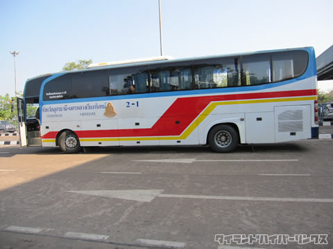 タイ-ラオス友好橋 タイ側イミグレーションで待っている国際バス