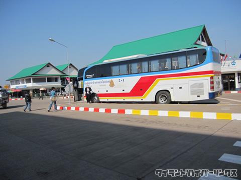 タイ-ラオス友好橋 ラオス側で待つ国際バス