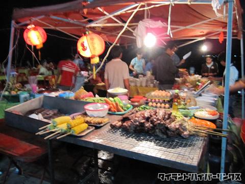 メコン川の沿いのレストランはたくさんの食べ物