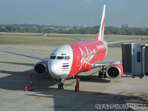 ウドンタニ空港を出発するエアアジア機
