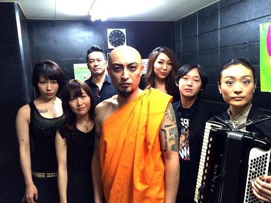 僧侶姿で歌う山内圭哉率いるWat Mayhem Orchestraにタイから批判と応援