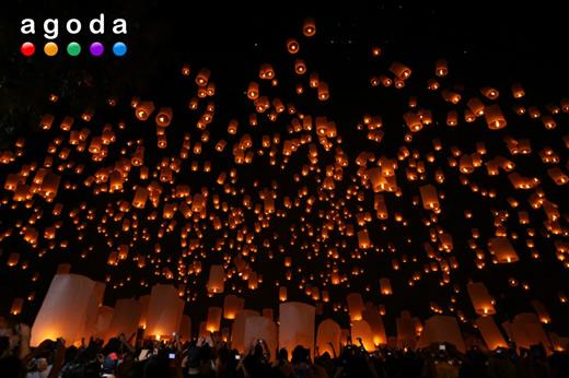 無数の灯籠が空に舞うコムローイ祭り(イペーンサンサイ)が2013年11月16日開催