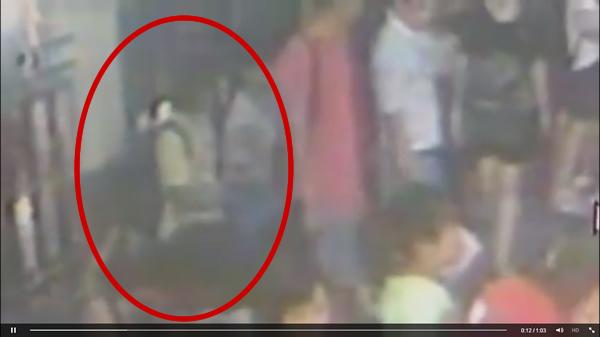 ビデオに映った怪しい黄色いシャツを着た黒いリュックサックの男-ラチャプラソン交差点テロ事件で