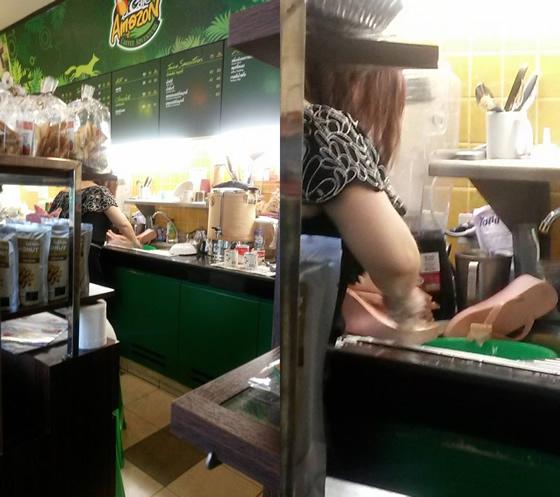 タイのカフェアマゾン店員がキッチンの流し台で靴を洗う画像が拡散【ネットの話題】