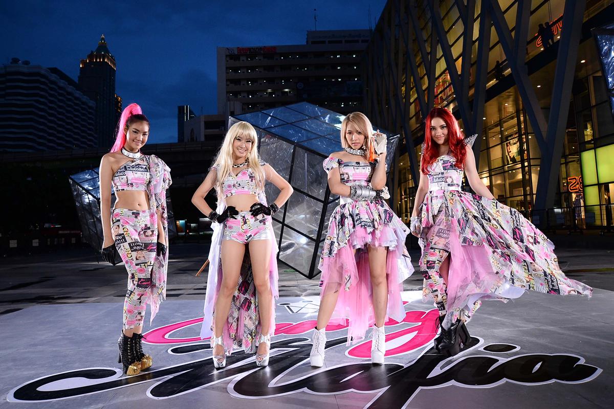 タイの親日アイドル・キャンディマフィアが旭日旗を背に日の丸鉢巻でテレビ出演