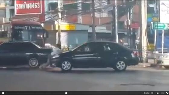 バンコクで女性が車に引きずられる動画【ネットの話題】