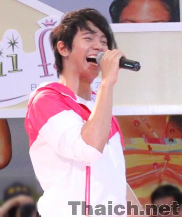 アイス・サランユーが高島屋大阪店「アセアンフェア&アジアンバザール」でライブ