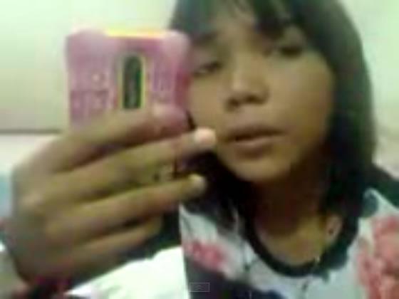 カラアゲ泥棒被害の南タイ少女が大人気で、カラアゲ屋さんのプレゼンターに就任
