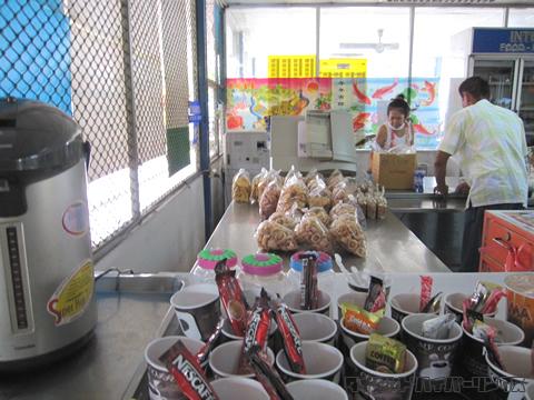 バンクワン刑務所受付横の食堂とコピー機