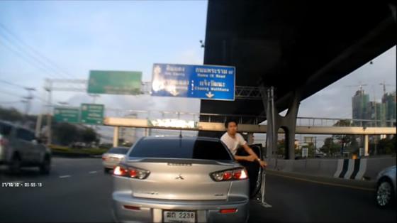 バンコクの危険運転挑発男!撮影されていたことを知り謝罪