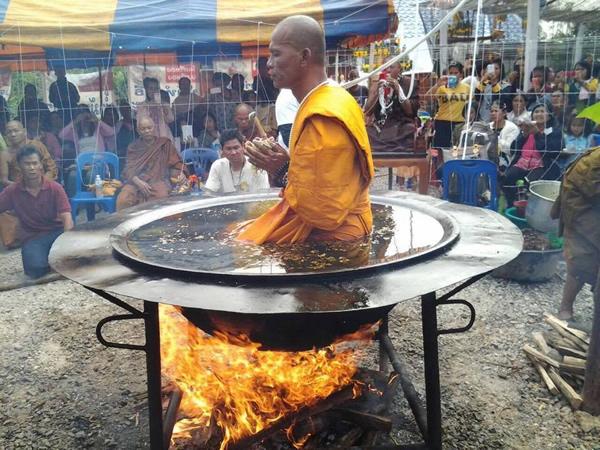 生きたまま大鍋で煮られるタイのお坊さん