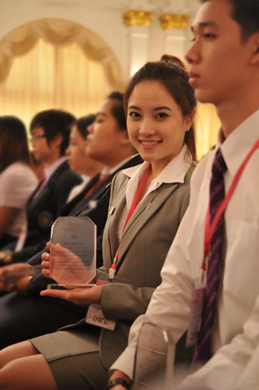 人気アイドルグループ・キャンディマフィアのネットが優秀青年賞を受賞