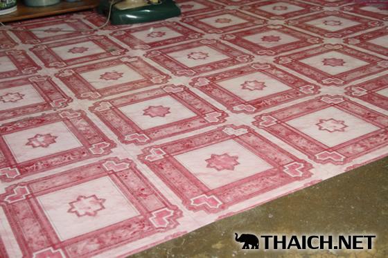 スアナーマン(เสื่อน้ำมัน)とはビニール製のカーペット。コンクリートの床に敷く物。