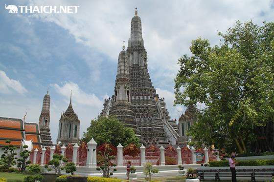 ワット・アルン(暁の寺)仏塔が2015年まで修復作業を実施