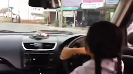 9歳のタイ人少女が自動車を運転!