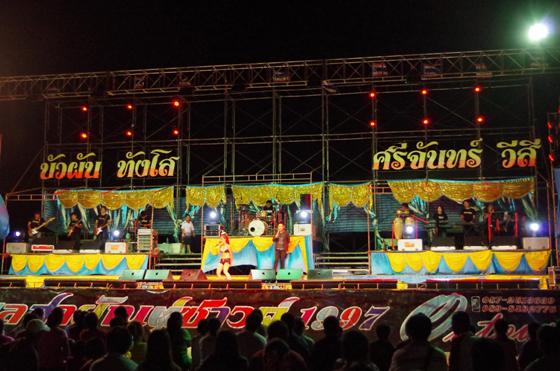 ◆舞台全景。この頃は始まったばかりなので、まだ観客もおとなしい。