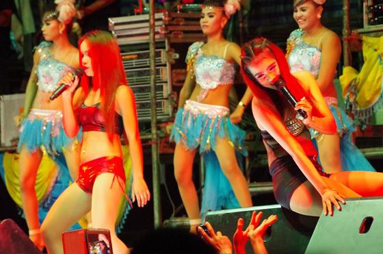 ◆途中、お色気タップリの若い女性歌手が登場し、観客を煽る