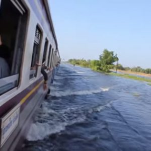 大洪水の中を走り抜けるタイの列車!【TVウォッチング】