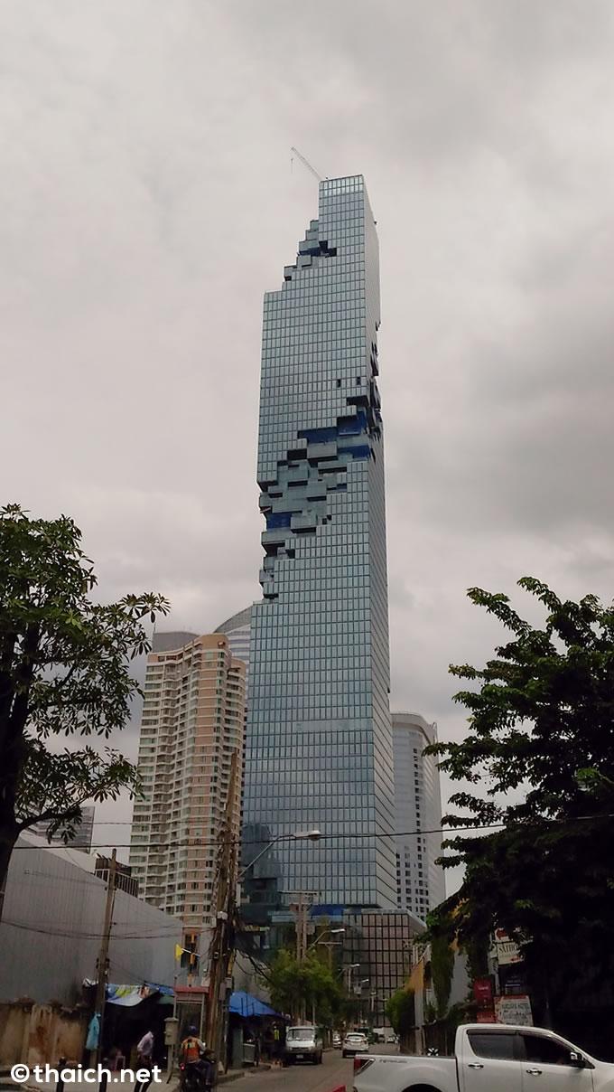 バンコクで一番高いビルが光りのショー開催